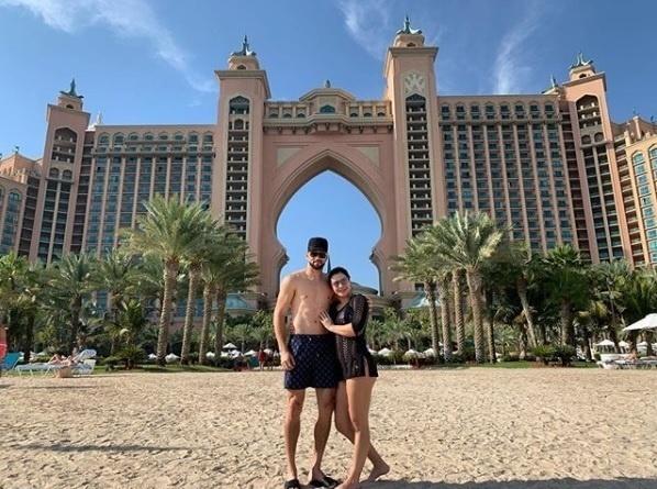 Weverton, goleiro campeão brasileiro com o Palmeiras, curte férias com a mulher no Atlantis Hotel, nos Emirados Árabes Unidos