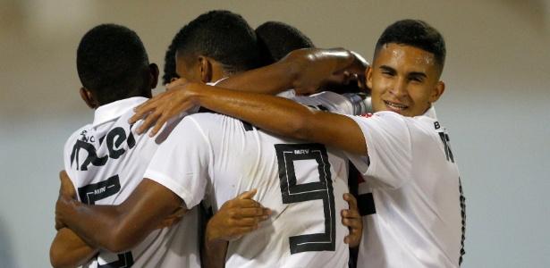 Jogadores do São Paulo comemoram gol na Copinha contra o Holanda - Thiago Calil/AGIF