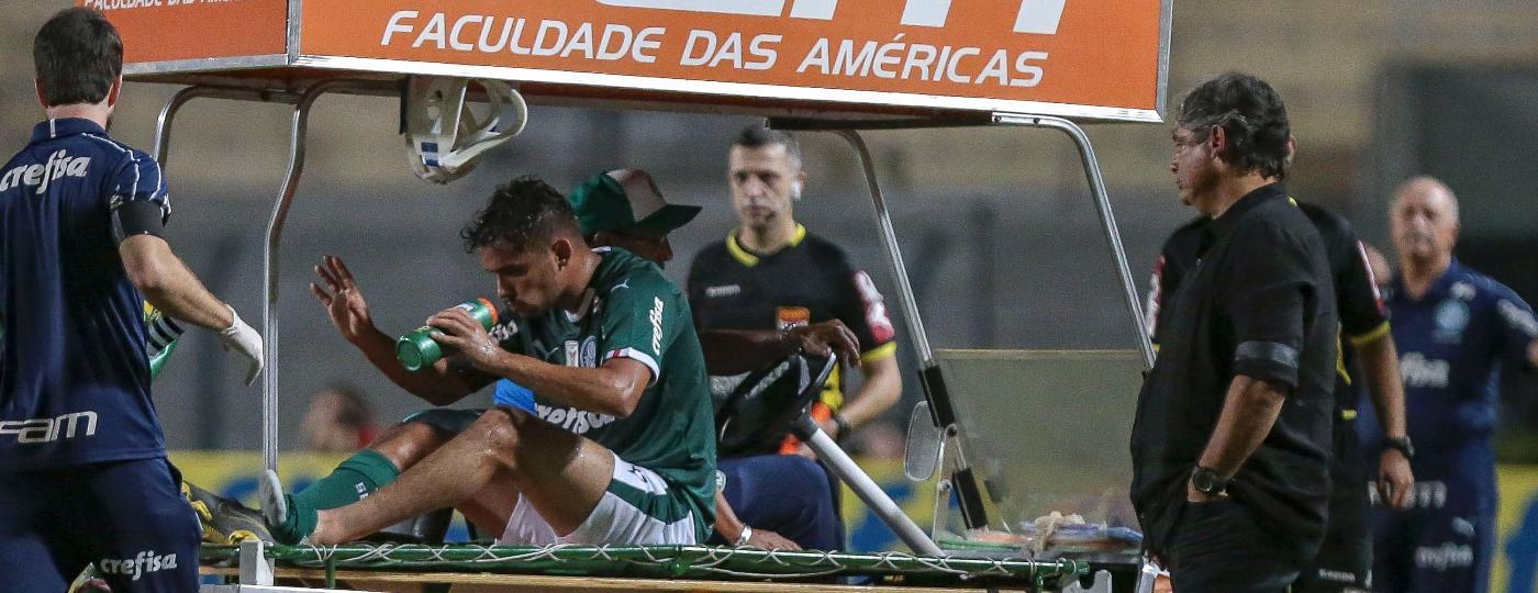 Gustavo Scarpa precisou de atendimento após sofrer falta - Ale Cabral/AGIF