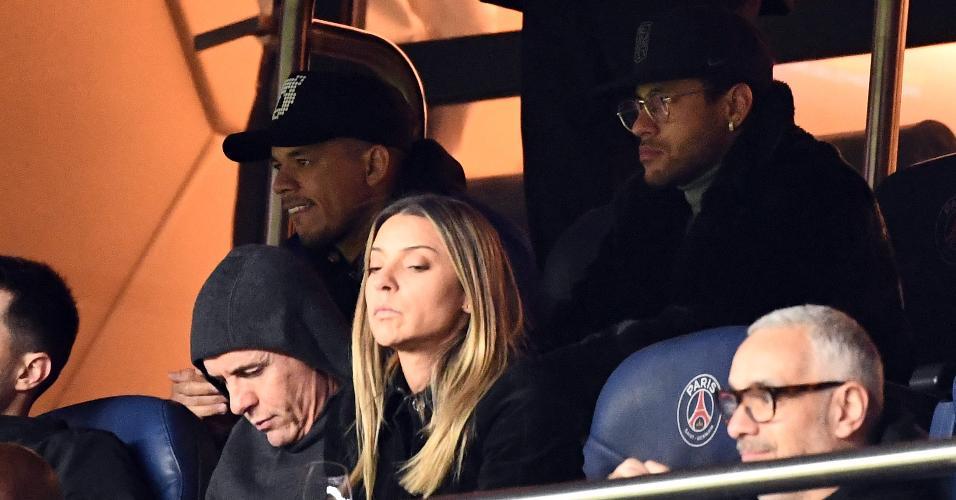 Neymar assiste ao jogo do PSG contra o Strasbourg