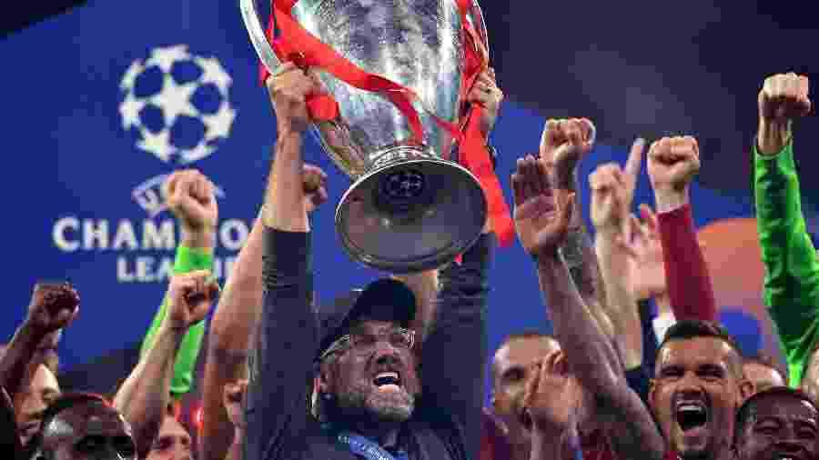 Klopp, técnico do Liverpool, levanta troféu da Liga dos Campeões - Ben Stansall/AFP