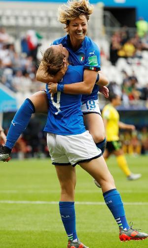 Seleção da Itália comemora gol contra Jamaica