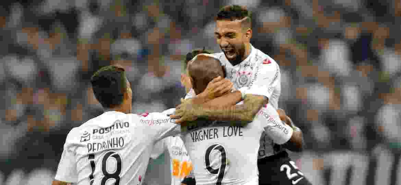 Clayson, do Corinthians, comemora seu gol com os jogadores do time durante partida contra o Montevideo Wanderers pela Copa Sul-Americana - Daniel Vorley/AGIF