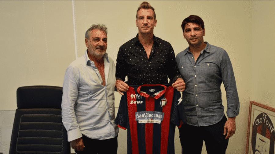 Maxi López posa com a camisa do Crotone após acertar com o clube italiano para a temporada - Reprodução/Site oficial do Crotone