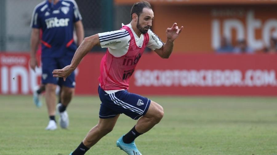 Juanfran parte em velocidade durante treinamento do São Paulo - Rubens Chiri / saopaulofc.net