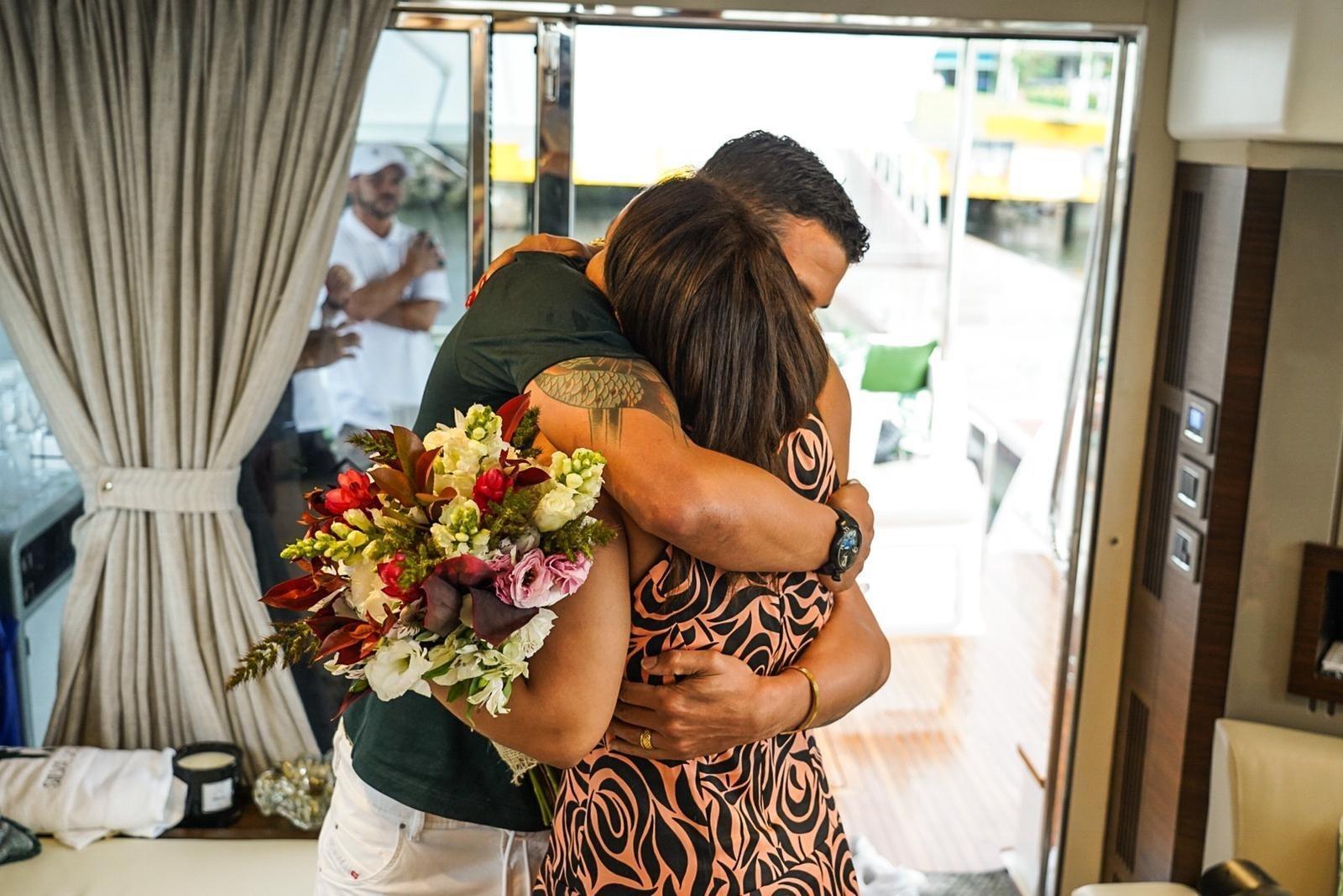 Thiago Silva presenteia esposa com Iate