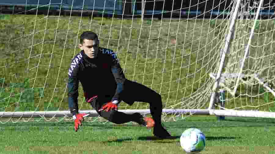 Santos, goleiro do Athletico Paranaense, treina  - Fabio Wosniak