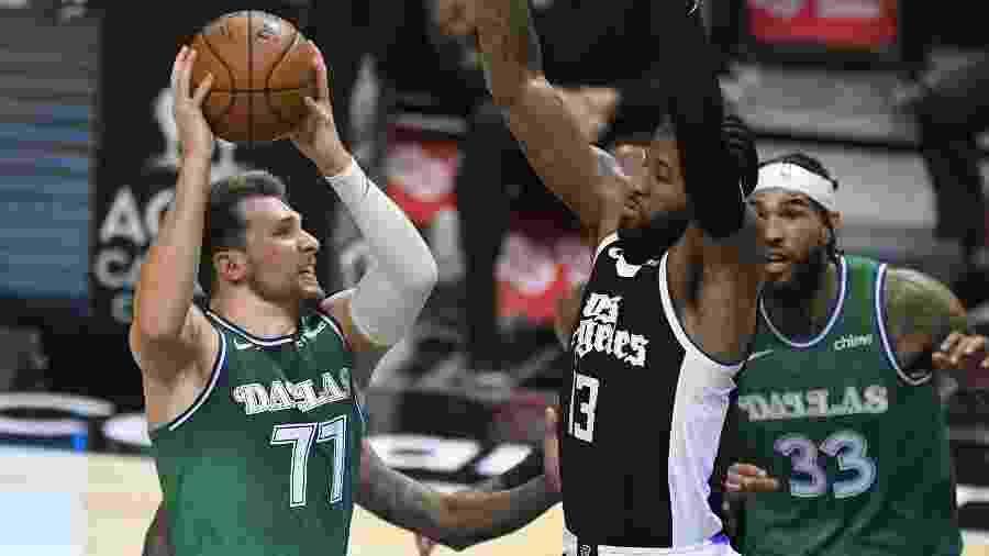 Luka Doncic (esquerda), do Dallas Mavericks, em lance com Paul George, do Los Angeles Clippers - John McCoy/Getty Images/AFP