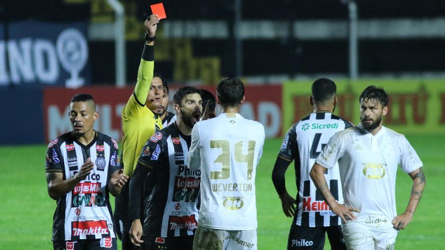 Weverton do Cruzeiro foi expulso após dar carrinho em Leandro, do Operário, pela Série B - Joao Vitor Rezende Borba/AGIF