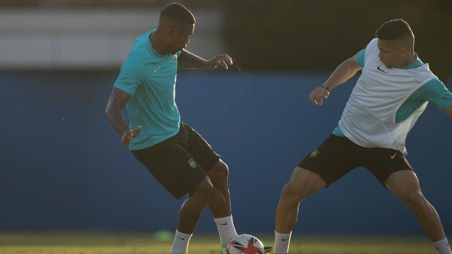 Malcom e Paulinho disputam bola durante treino da seleção brasileira olímpica em Tóquio - Lucas Figueiredo/CBF