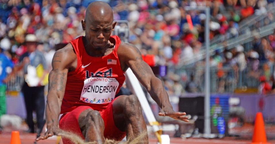 Jeffery Henderson, dos Estados Unidos, compete na eliminatória do salto em distância