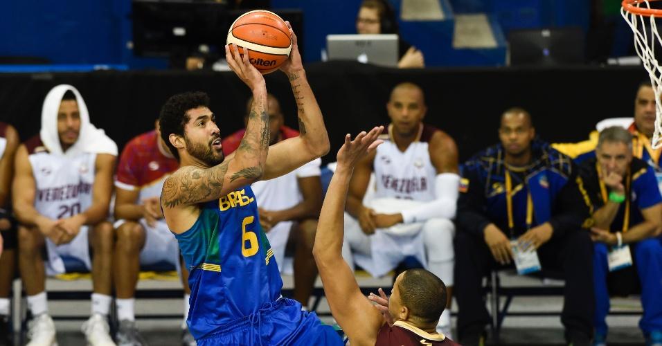 Rafael Luz tenta o arremesso na partida do Brasil contra a Venezuela
