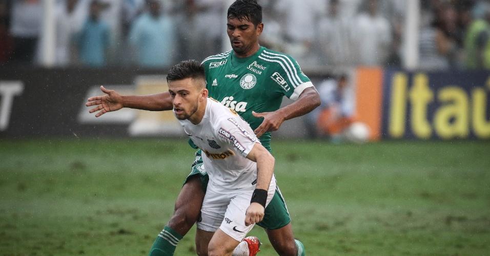 Thiago Santos tenta desarmar Lucas Lima no clássico entre Santos e Palmeiras pelo Campeonato Brasileiro