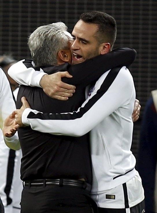 Tite e Renato Augusto trocaram abraço forte e sem palavras ao fim da partida