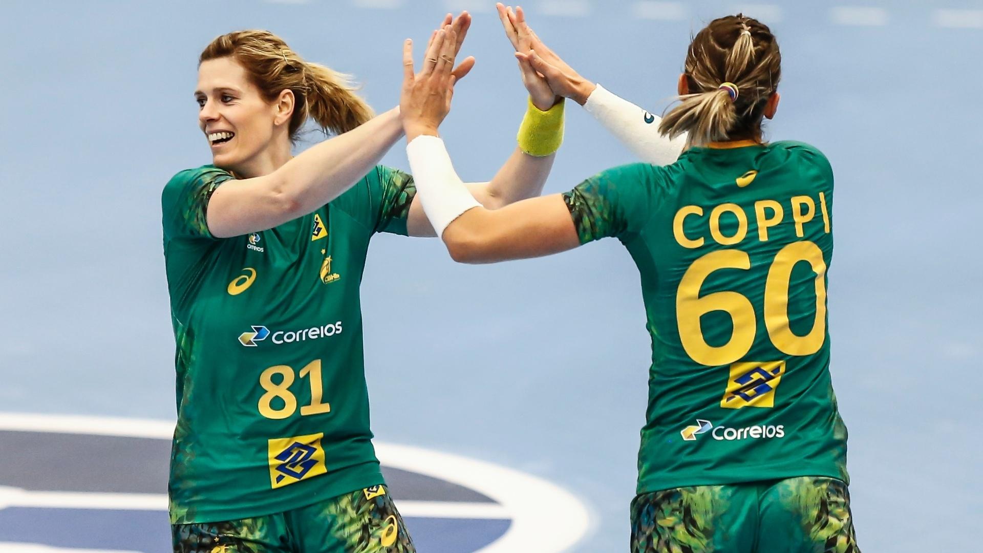 Deonise recebe cumprimento de Célia Coppi após fazer gol contra a Argentina b8b46a30b5735