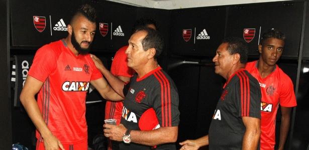 Muricy Ramalho cumprimenta o goleiro Alex Muralha na reapresentação do Flamengo