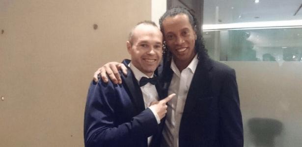 """Iniesta """"tieta"""" Ronaldinho em evento nesta segunda-feira (01), na Espanha"""