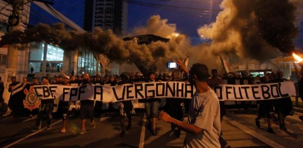 Torcida Gaviões da Fiel em um dos vários protestos feitos na frente da FPF em 2016