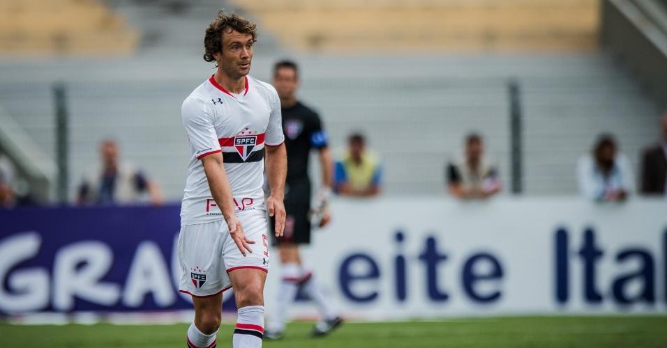 Lugano carrega a bola para o São Paulo na partida da equipe contra o Rio Claro, no Paulistão