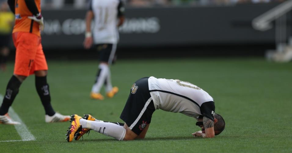 Danilo fica no chão sentindo dores durante a partida entre Corinthians e Linense