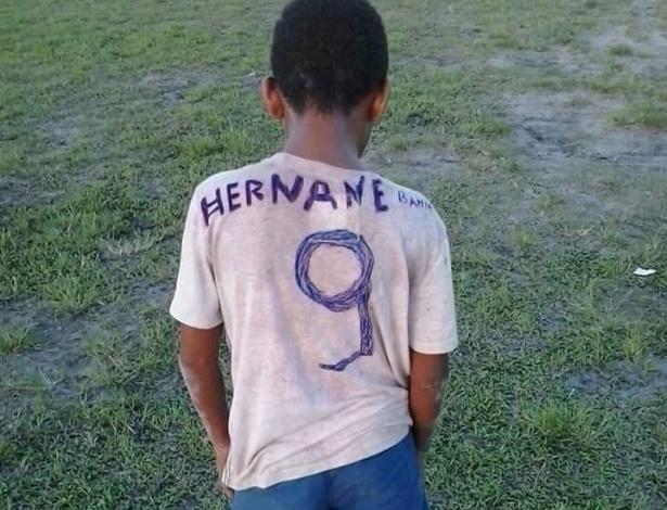 Menino chamou atenção ao usar uma camisa com o nome de Hernane à caneta
