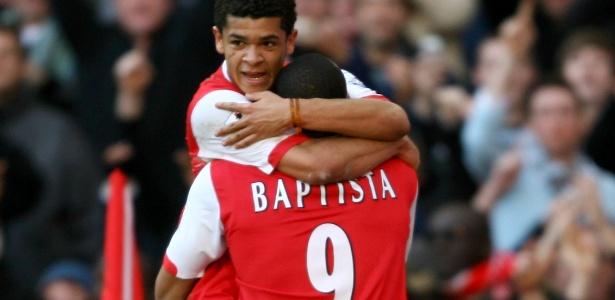 Júlio Baptista e Denilson em ação juntos pelo Arsenal