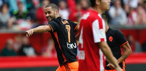 Mario Suárez celebra um de seus gols contra o Sporting Gijón