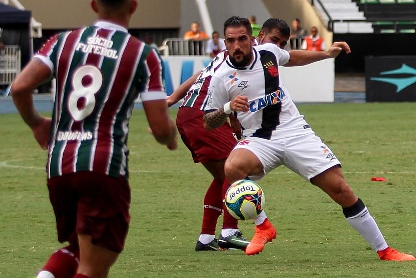 Escudero em ação pelo Vasco no clássico com o Fluminense