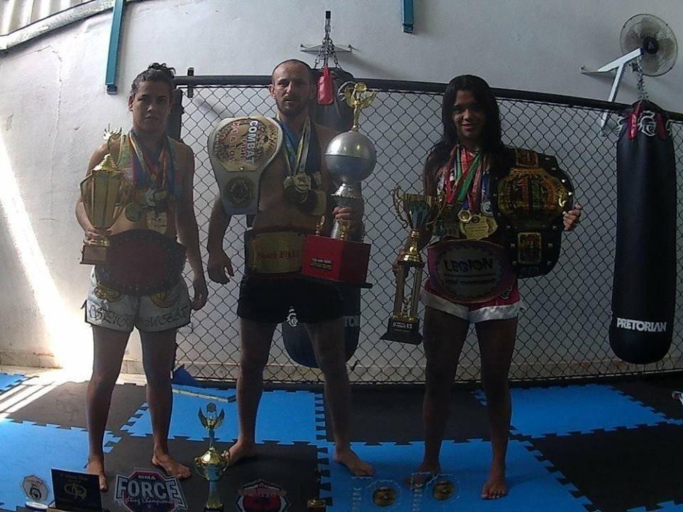 Aline, Ricardo e Bianca Sattelmayer, lutadores de MMA que vivem união poliafetiva em SP
