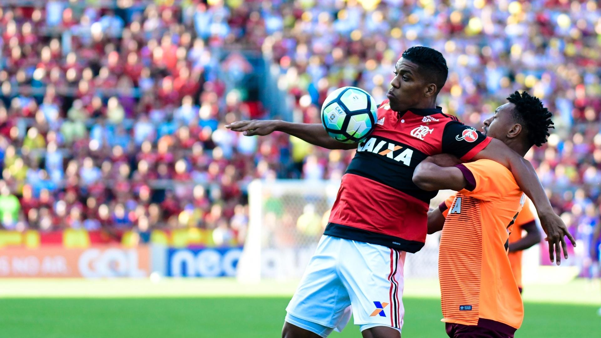 Berrío disputa a bola com Fabricio em jogo entre Flamengo e Atlético-PR