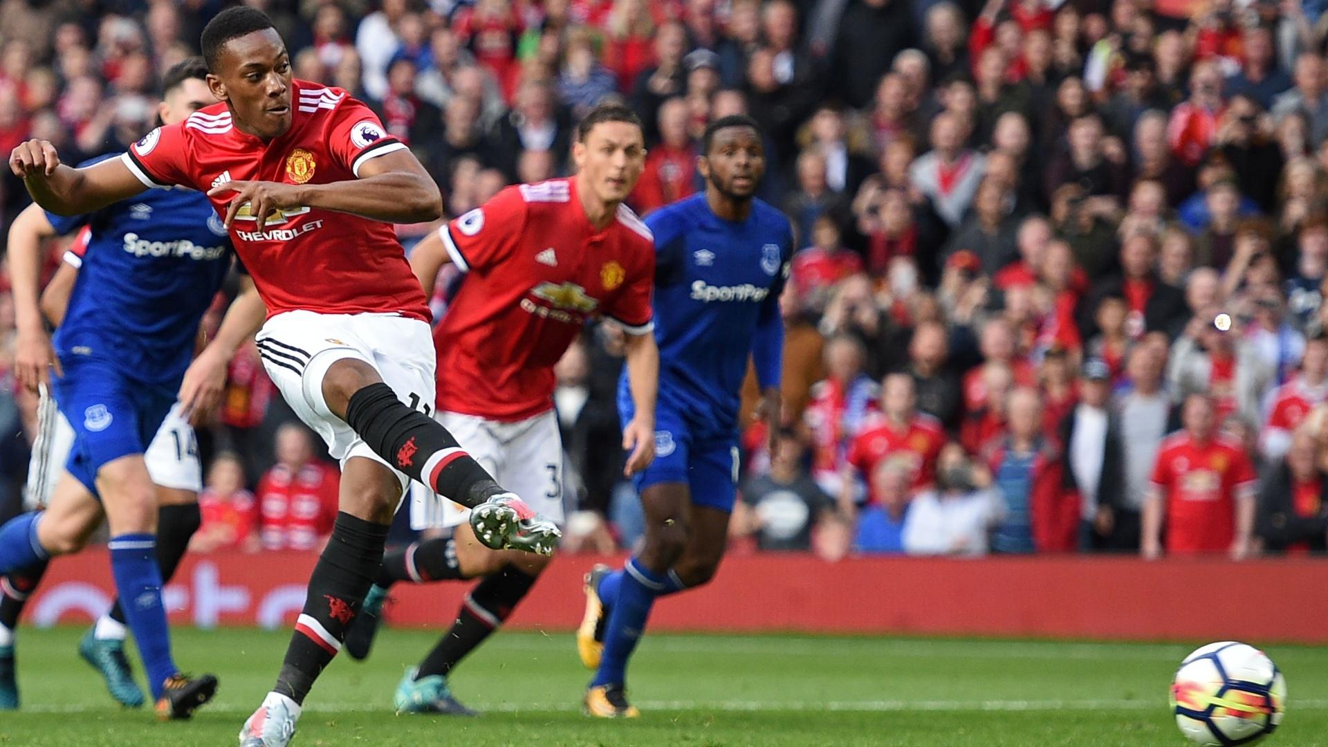 Martial, de pênalti, marca o quarto gol do Manchester United sobre o Everton