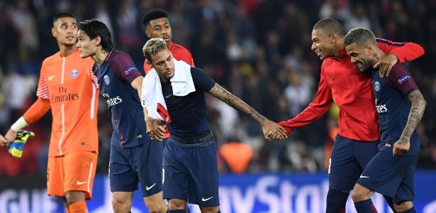 Neymar e Cavani deram as mãos e cumprimentaram a torcida do PSG