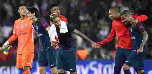 Neymar e Cavani deram as mãos e cumprimentaram a torcida do PSG - Franck Fife/AFP - Franck Fife/AFP