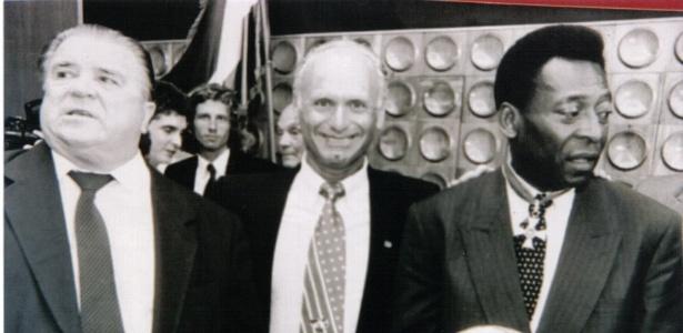 Abraham Klein entre Pelé e Puskas; ex-árbitro apitou Brasil x Itália em 1982 e Brasil x Inglaterra, em 1970 - Arquivo pessoal
