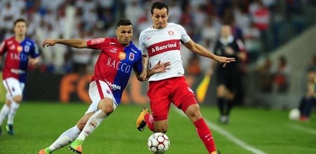 Leandro Damião disputa bola no jogo entre Inter e Paraná