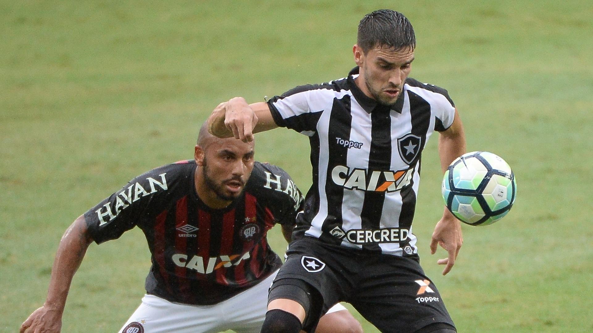 Jonathan e Rodrigo Pimpão disputam bola em Botafogo e Atlético-PR pelo Campeonato Brasileiro