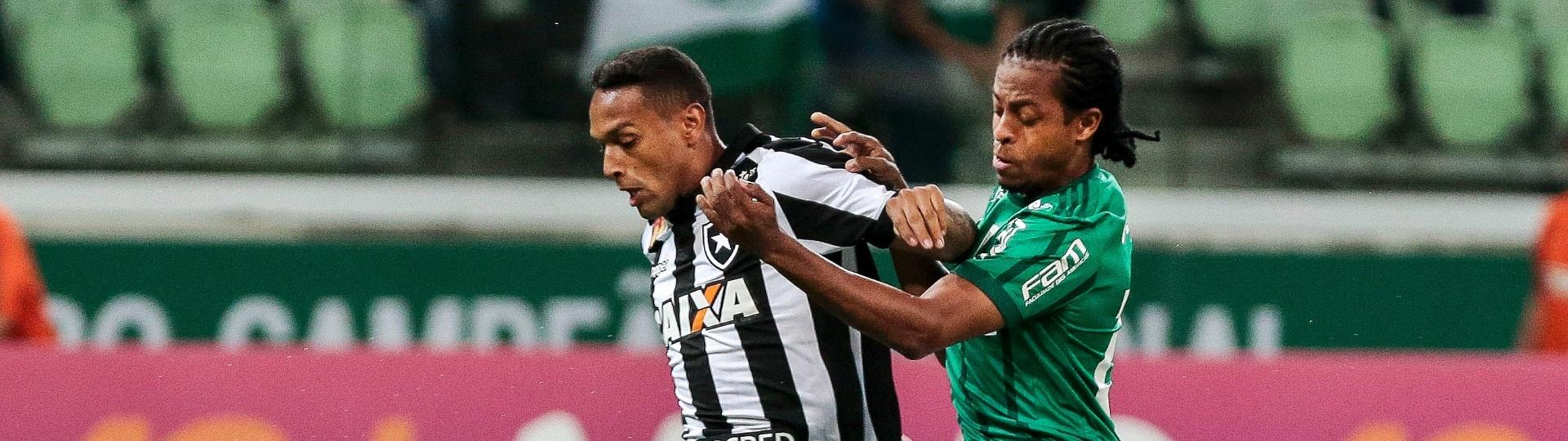 Keno faz a marcação em Arnaldo na partida entre Palmeiras e Botafogo