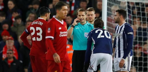 O árbitro Craig Pawson aguarda decisão do árbitro de vídeo em lance de Liverpool x West Bromwich