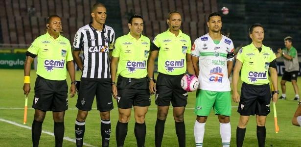 Auxiliar Leonardo Henrique Vieria (primeiro da esquerda para a direita) foi afastado por erro em Uberlândia x Atlético-MG