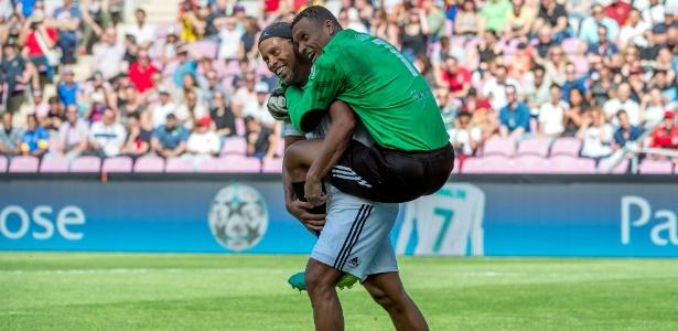 Dida pula nas costas de Ronaldinho após o pênalti desperdiçado pelo compatriota