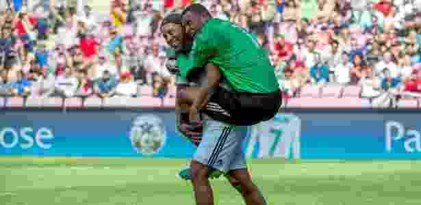 Dida pula nas costas de Ronaldinho após o pênalti desperdiçado pelo compatriota - Robert Hradil/Getty Images
