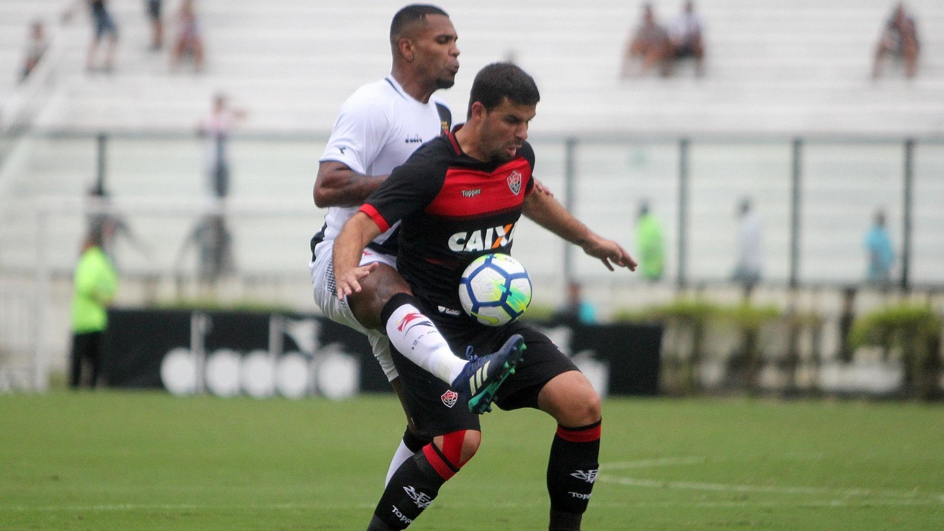 Breno, do Vasco, tenta tomar a bola de André Lima, do Vitória