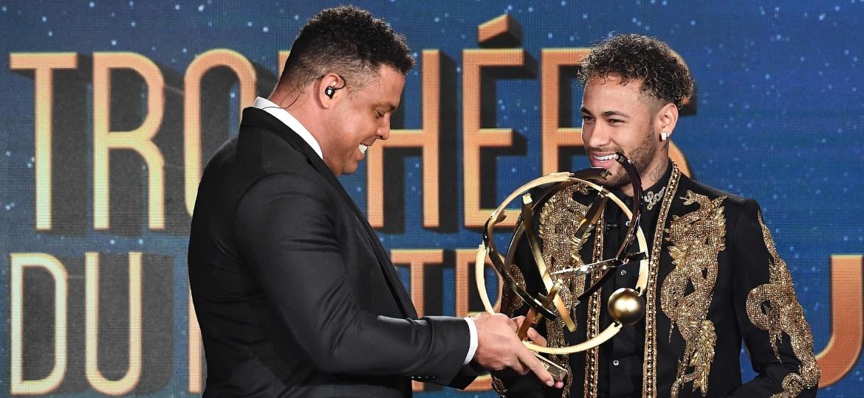 Neymar recebe o prêmio de melhor jogador do Francês das mãos do ex-jogador Ronaldo - AFP PHOTO / FRANCK FIFE