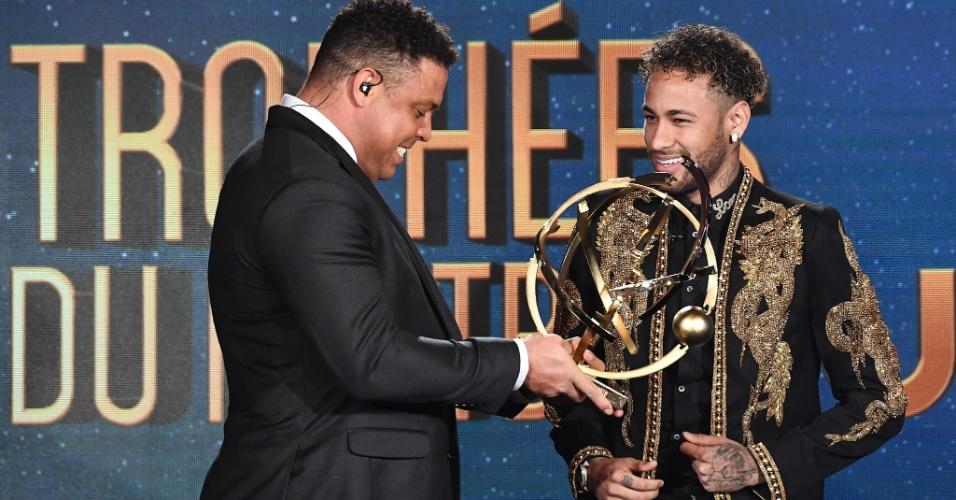 Neymar recebe o prêmio de melhor jogador do Francês das mãos do ex-jogador Ronaldo