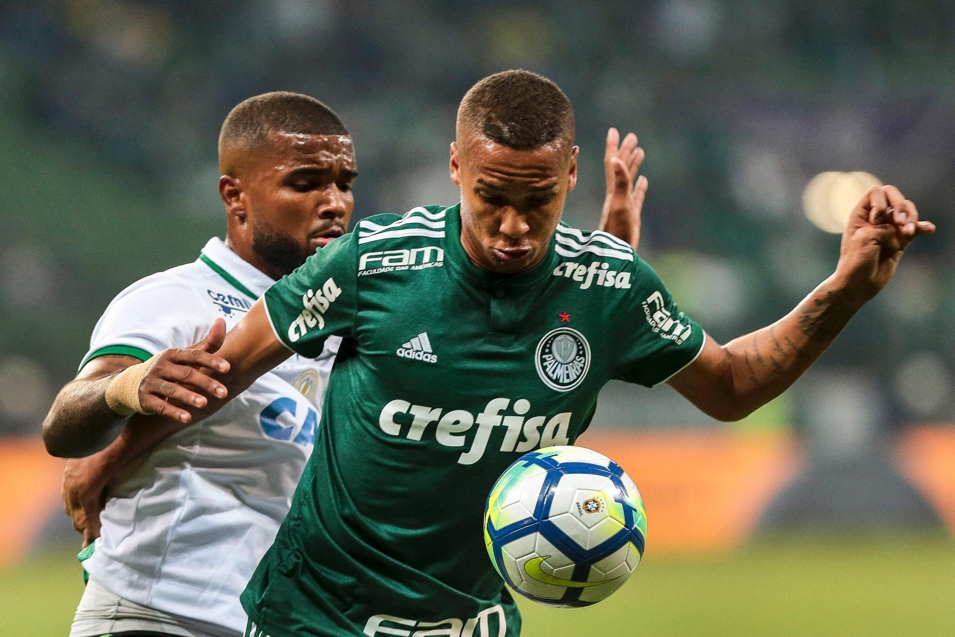 7e4b0c39f3 Deyverson vai mal e faz torcida festejar saída como gol  clube pede apoio -  24 05 2018 - UOL Esporte