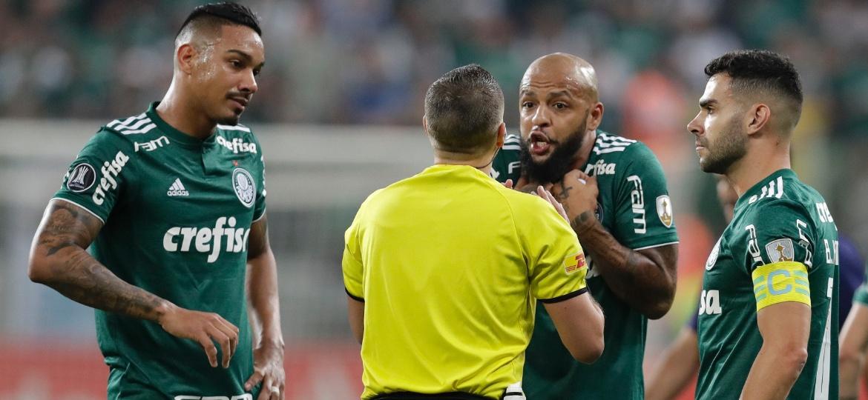 Felipe Melo reclama com o árbitro após ser expulso em Palmeiras x Cerro Porteño - Ale Cabral/AGIF