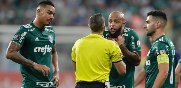 Felipe Melo reclama com o árbitro Germán Delfino após ser expulso aos 3 minutos - EFE/Sebastião Moreira