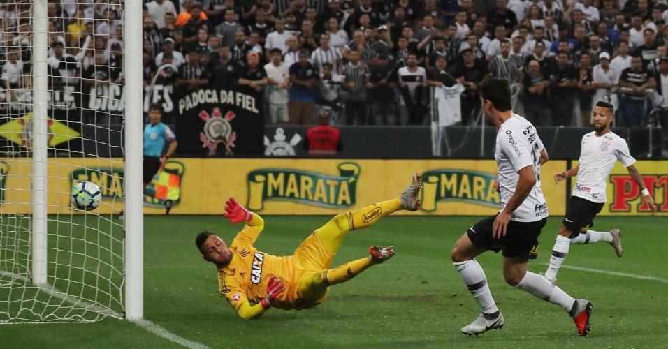 Lance do gol do Corinthians: Avelar é lançado em profundidade e bate de primeira para vencer Diego Alves