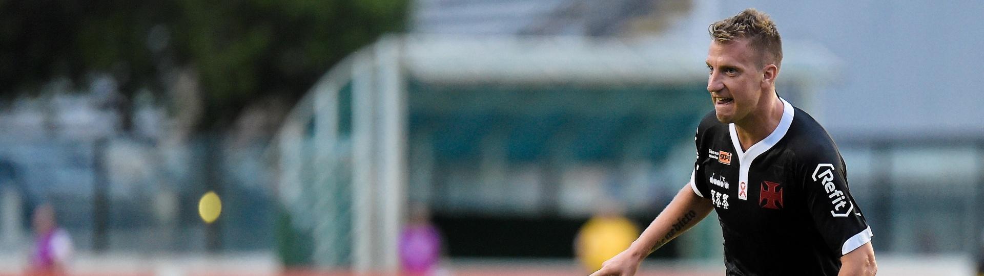 Maxi López celebra segundo gol vascaíno contra o Cruzeiro em São Januário