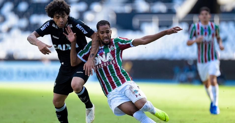 Everaldo e Luan disputam a bola na partida entre Fluminense e Atlético-MG